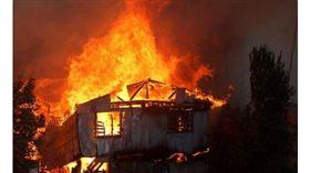 智利觀光港市瓦巴萊索鄰近的2座山丘24日爆發森林大火,火勢擴散到住宅社區,造成240多戶家庭的房屋被燒毀。(twitter截圖)