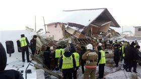 快訊/哈薩克「百人飛機」驚傳墜毀!直接撞破2層樓民宅(圖/翻攝自@Comrade_Mac_推特)