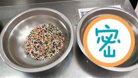 學生巧克力米按顏色分類。(圖/翻攝自爆廢公社FB)