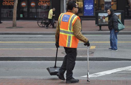 清潔工盯哨舊金山市街頭垃圾一名清潔員在舊金山市街道撿拾視線所及的垃圾,市政府今年花費9400萬美元維持市容的乾淨。圖為108年12月21日舊金山市區一隅。中央社記者周世惠舊金山攝 108年12月27日