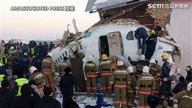 哈薩克空難!飛機失控撞民宅…至少15死 驚悚畫面曝光(圖/AP授權)