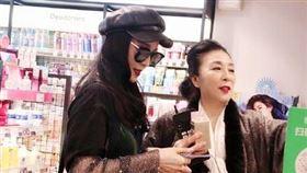 范冰冰東京與媽媽逛街(微博)