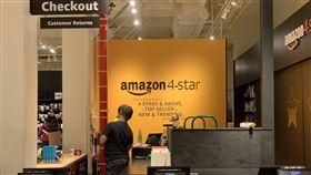 民間消費穩健 亞馬遜旺季業績破紀錄電子商務巨擘亞馬遜26日宣布年底旺季業績破紀錄,消費者透過亞馬遜訂購數十億件商品。圖為亞馬遜在紐約曼哈頓蘇活區經營的實體店面。中央社記者尹俊傑紐約攝 108年12月28日