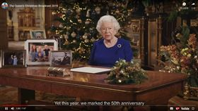 英國女王伊麗莎白二世25日發表耶誕演說時身穿一襲藍色套裝,而這個藍色正巧和歐盟旗幟的藍色一致。專家認為,女王套裝顏色似乎顯示女王的「挺歐」立場。(圖/翻攝自The Royal Family YouTube頻道網頁youtube.com)