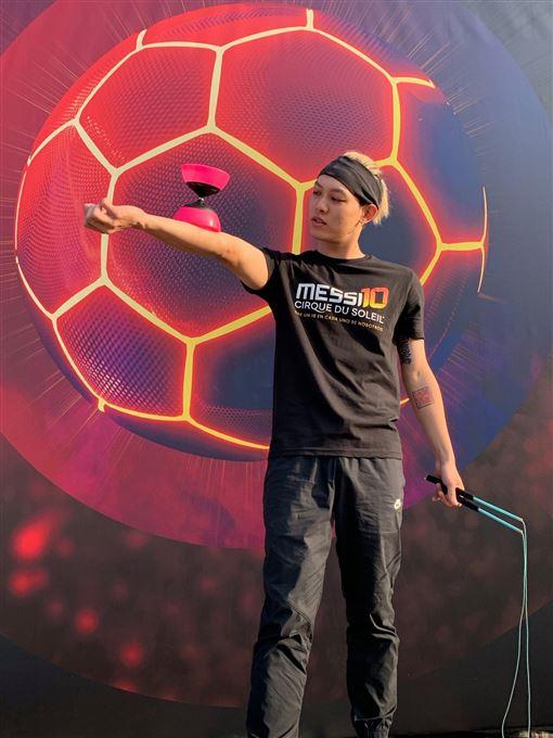 ▲扯鈴至尊趙志翰加入太陽馬戲團「梅西的足球生活」世界巡迴演出。(圖/非常棒提供)
