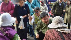 林佳龍陪同楊曜掃街拜票交通部長林佳龍(前右)28日到澎湖陪同民進黨立委參選人楊曜(前左3)掃街拜票,楊曜比出3號的「OK」手勢,爭取民眾支持。中央社 108年12月28日