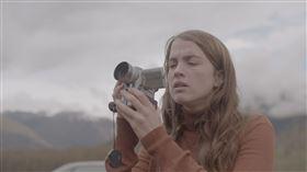 《鹿皮奇談》影后阿黛兒艾奈爾以冷面笑匠風格貫穿全片。(圖/繁盛映畫提供)