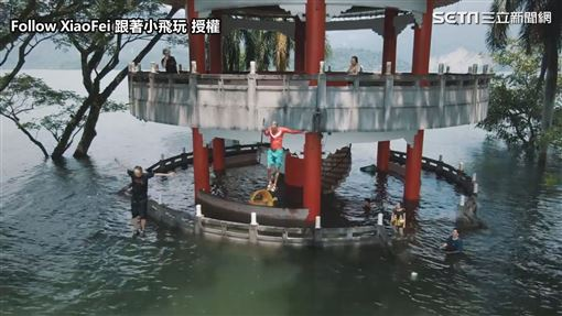 ▲曾文水庫滿水位時,六角涼亭成了現成的跳水台。(圖/Xiaofei小飛 授權)