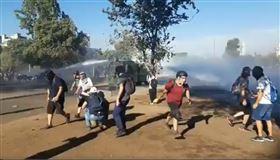 智利總統訂明年公投!首都再爆反政府示威 千人街頭抗員警(圖/翻攝自CarmenBoccaccio推特)
