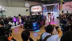2020世界新車大展 女模展示新車(3)「2020世界新車大展」28日在台北南港展覽館登場,這次共有超過4000個攤位、34個汽車品牌、超過300款新車展出,各家車商紛紛找來車模助陣,吸引滿滿人潮。中央社記者吳家昇攝 108年12月28日