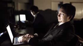 專家指出,上班族工作時已長時間久坐,回到家又選擇靜態的看電視,就比較容易會有情緒低落和焦慮感。(示意圖/圖取自PAKUTASO圖庫)