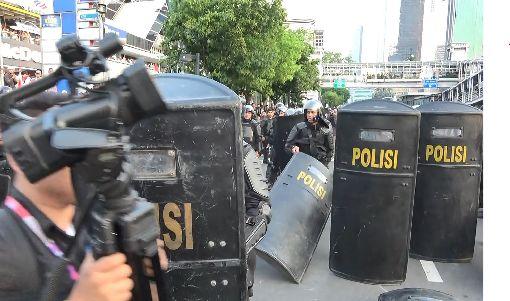 近6成印尼記者受暴力威脅與警察有關印尼記者協會統計,印尼今年有53件記者遭暴力脅迫的案例,其中30件的施暴者是警察,主要是因記者記錄警察的執法行為時遭到威脅。圖為5月印尼公布總統選舉結果後引發的街頭抗議。中央社記者石秀娟雅加達攝 108年12月29日