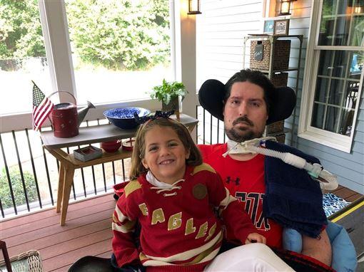 曾為漸凍症募款的冰桶挑戰發起人弗瑞茲(右)與病魔奮鬥7年,9日病逝。(圖取自twitter.com/PeteFrates3)
