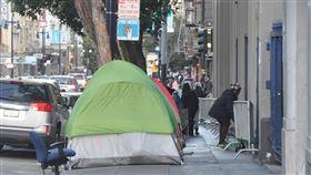 舊金山天空下的遊民帳篷在舊金山市政府(San Francisco City Hall)不遠的田德隆區(Tenderloin),人行道上有各式帳篷羅列,成為另類的市容特色。中央社記者周世惠舊金山攝 108年12月29日