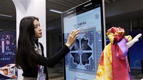 預測:機器人和AI將全面影響中國勞動力市場中國社會科學院預測,中國大陸「十四五」時期(2021至2025年),機器人和人工智慧(AI)將全面影響勞動力市場。圖為11月8日在上海舉行的第二屆中國國際進口博覽會展示的絲綢產業內AI系統「西湖一號」。(中新社提供)中央社記者周慧盈北京傳真 108年12月30日