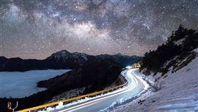 國際暗天協會經一年努力,8月公布通過認證,合歡山鳶峰到小風口區域成為國際暗空公園,是繼日本、南韓之後亞洲第三座、台灣第一座暗空公園。圖為合歡山雪季景色與夜空。(南投縣政府提供)