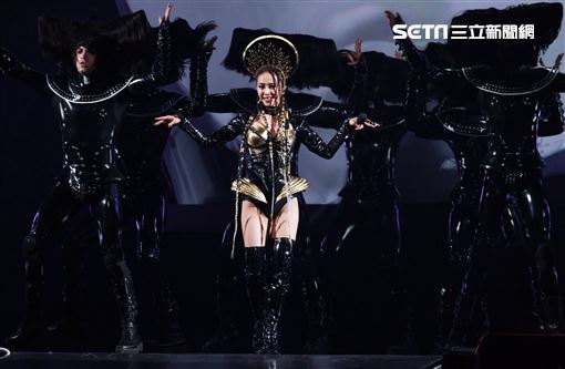 「惡之女王」Jolin登七層樓高從天而降更「提頭」現身演唱會。(圖/記者邱榮吉攝影)