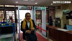 ▲鈕承澤騎著UBike到台北地方法院出庭,面對媒體詢問,他僅表示,祝大家新年快樂。(圖/記者楊佩琪攝)