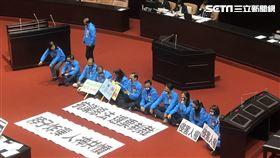 國民黨團在院會靜坐抗議反滲透法。(圖/記者林恩如攝)