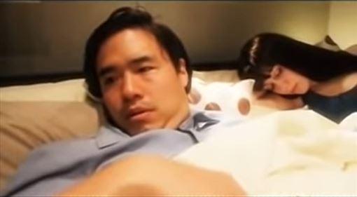 偷偷潛入IKEA拍肥皂劇!超扯畫面曝光 竟連床戲都拍了 圖/翻攝自ThisIsChannel101 YouTube
