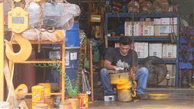 製造業景氣燈號連7藍(2)台經院2日發布5月製造業景氣燈號,由於美中貿易談判突生變數,雙方互相加徵關稅,增添全球經貿不確定性風險,製造業景氣燈號連續第7個月亮出代表衰退的藍燈。圖為製造業者辛勤工作一景。中央社記者董俊志攝 108年7月2日