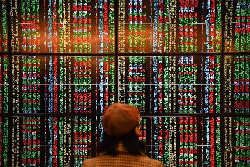 台股封關收跌56.23點  失守12000點台北股市31日開低走低,收盤跌56.23點,為11997.14點,跌幅0.47%,成交金額新台幣1174.08億元。中央社記者林俊耀攝  108年12月31日