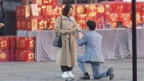 劉詩詩與朱一龍在新戲橋段,竟單膝下跪求婚。(圖/翻攝自影视圈剧探微博)