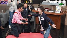 主持人菜浿梨子挑戰「膝蓋走路」。 王世堅痛批韓國瑜應先辭掉高雄市長再參選總統。