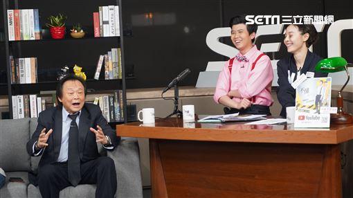 主持人菜浿梨子挑戰「膝蓋走路」。王世堅痛批韓國瑜應先辭掉高雄市長再參選總統。