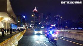 台北市交通大隊騎乘警用大型重機幫呂姓夫婦開道,讓他們得以離開跨年晚會現場,順利回家幫兒子更換呼吸器(翻攝畫面)