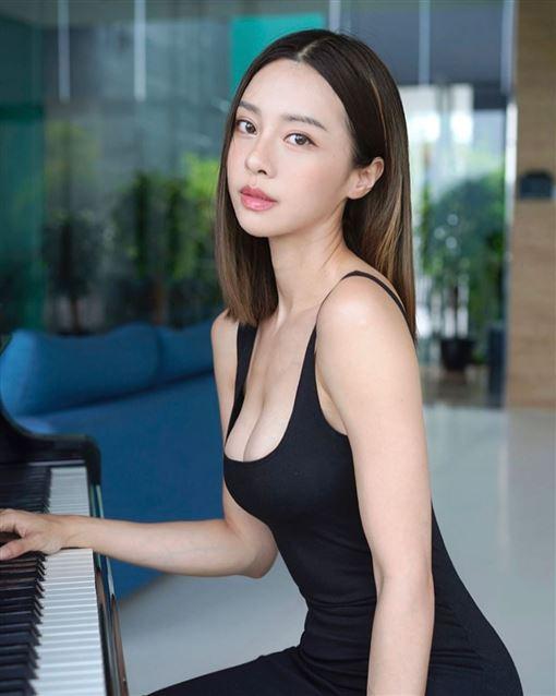 娛樂中心/綜合報導30歲的馬來西亞美女鋼琴家李元玲,經常在社群網站展現她的火辣身材,讓不少粉絲直呼眼睛吃冰淇淋。她不只精通鋼琴,也熱愛運動,健美的好身材更成為女性的夢想對象。她近日也跟風一起玩2019年最多按讚的照片九宮格,沒想到一打開都是滿滿的事業線,其中一張躺床照更是31號才PO出,就直接闖進九宮格中。▼▲(圖/翻攝自李元玲IG)李元玲31日在社群平台Instagram回顧20