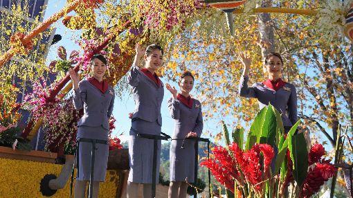 玫瑰花車遊行  華航空姐展現笑容中華航空以「台灣築夢飛翔」為主題,參加2020年美國玫瑰花車遊行,4名專業空服員在花車上揮手。圖為美西時間2019年12月31日花車遊行預演時拍攝。中央社記者林宏翰洛杉磯攝  109年1月1日