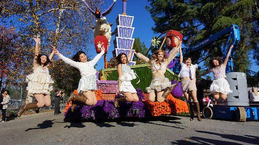 玫瑰花車遊行  台裔第二代擔綱親善大使中華航空以「台灣築夢飛翔」為主題,參加2020年美國玫瑰花車遊行,洛杉磯當地選出的6名台裔第二代選美皇后「台美小姐」擔綱親善大使。圖為美西時間2019年12月31日花車遊行預演時拍攝。中央社記者林宏翰洛杉磯攝  109年1月1日