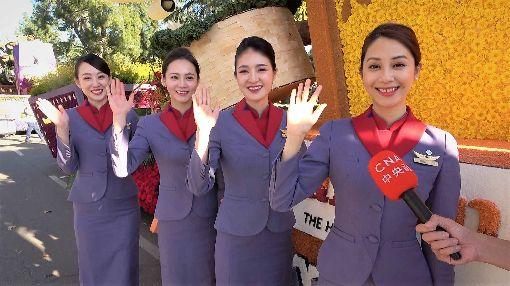 華航空服員登美國玫瑰花車遊行中華航空以「台灣築夢飛翔」為主題,參加2020年美國玫瑰花車遊行,4名專業空服員擔任親善大使,其中包括華航「看板空姐」之一的蕭雅云(右1)。圖為美西時間2019年12月31日花車遊行預演時拍攝。中央社記者林宏翰洛杉磯攝  109年1月1日