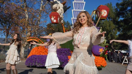 台裔選美小姐參與玫瑰花車遊行交通部觀光局和外交部贊助下,中華航空參與2020年美國玫瑰花車遊行,請到台裔第二代選出的「台美小姐」演出舞蹈。圖為美西時間2019年12月31日花車遊行預演時拍攝。中央社記者林宏翰洛杉磯攝  109年1月1日