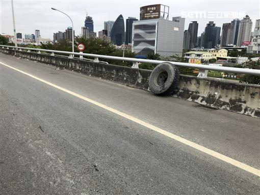 路中驚見輪胎在跑 飛砸後車釀追撞