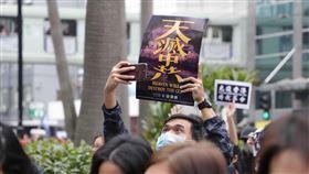 香港民陣發起元旦遊行重申五大訴求(2)香港民陣今天發起的遊行,主題重申「反送中」運動目標:五大訴求,缺一不可。有部分參與遊行的人士手舉紙牌,表達訴求。中央社記者張謙香港攝  109年1月1日