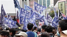 港民陣舉行元旦遊行 有人高舉獨立旗幟(1)香港泛民主派團體民陣今天舉行元旦遊行,重申「反送中」運動目標:五大訴求,缺一不可;遊行期間,有人高舉「香港獨立」或「光復香港,時代革命」旗幟。中央社記者張謙香港攝 109年1月1日