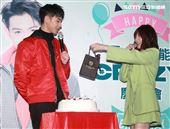 連晨翔2020慶生同樂會郭雪芙送上蛋糕、生日禮物祝福。(記者邱榮吉/攝影)