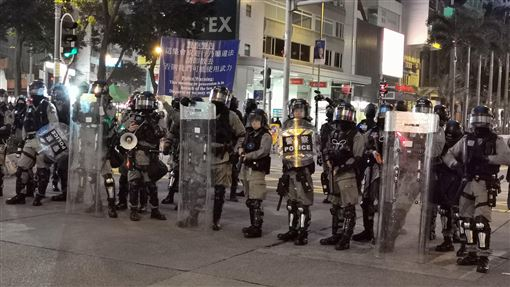 民陣:警方終止元旦遊行和集會 要求立即解散香港民陣發起的元旦遊行,原已獲不反對通知書,不料港警於下午5時許,突然終止集會遊行。圖為港警在灣仔軒尼詩道和史釗域道口,指遊行違法,要求現場示威者以及媒體記者離去。中央社記者張謙香港攝 109年1月1日