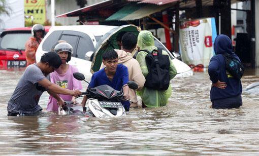 印尼雅加達2020跨年夜暴雨,引發洪災,至少9人喪命(圖/美聯社/達志影像)