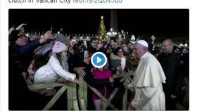 天主教教宗方濟各今晚在梵蒂岡聖伯多祿廣場被一名女子強拉右手臂(推特截圖)