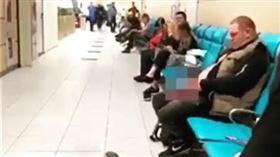 不少人在搭機旅行的時候都遇過令人不快的經驗,日前有名網友在社群媒體分享一個令人作嘔的搭機插曲,一名男子坐在機場的椅子上,接著不疾不徐地掏出「老二」,更誇張的是下一秒居然就地「撇條」,讓原PO當場看傻眼;影片一出,大批網友憤怒地痛批「誰快來把這噁男抓走!」(圖/翻攝自IG)