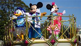 東京迪士尼迎鼠年 米奇米妮穿和服登場迪士尼卡通主角米奇與米妮是鼠年最具代表性的卡通人物,東京迪士尼元旦推出賀年遊行活動,米奇、米妮與好友們穿著和服在花車上向遊客賀年。中央社記者楊明珠千葉攝 109年1月1日