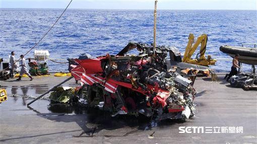 蘭嶼失事黑鷹直升機,打撈 圖/飛安會提供