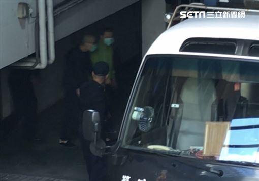 前太電副董事長孫道存穿著綠色外套、戴口罩上囚車返回看守所,開庭時他表示自己喉嚨有腫瘤,所以講話比較吃力。(圖/記者楊佩琪攝)