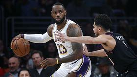 ▲詹姆斯(LeBron James)31分13籃板12助攻,本季第8場「大三元」。(圖/美聯社/達志影像)