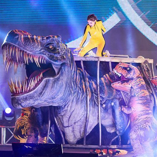 謝金燕與恐龍(翻攝自臉書)