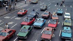▲張哲生分享1978年大街上五顏六色的計程車。(圖/翻攝自張哲生FB)