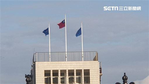 空軍松山指揮部降半旗悼念黑鷹殉職人員。(圖/記者黎冠志攝影)